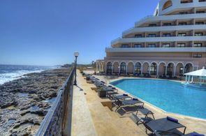 Pool des Radisson Blu auf Malta mit Blick auf das Meer