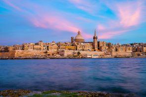 Blick vom Meer auf die Hauptstadt Valetta