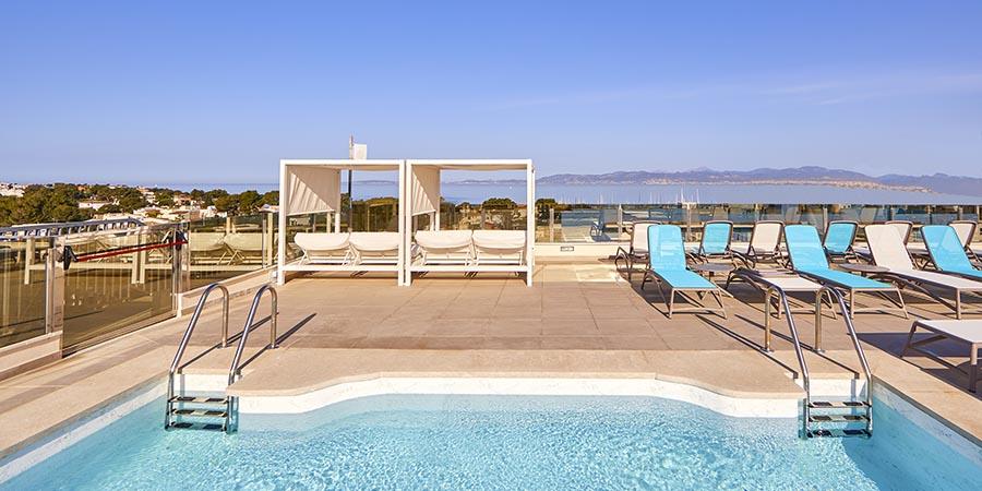 Rooftop Pool des Hotels Mediterranean Bay in El Arenal